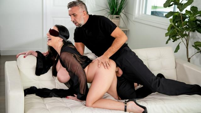 (Brazzers Exxtra / Brazzers) Blindfolded Fantasy [Angela White, Keiran Lee / 2020-12-13]